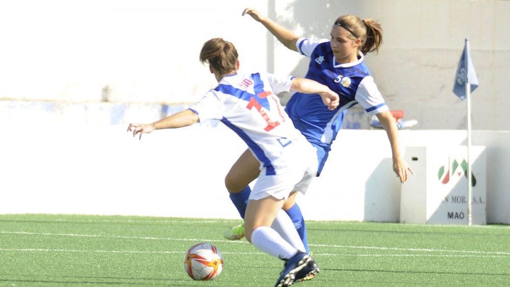 Dos jugadoras disputan el balón (Fotos: Tolo Mercadal)